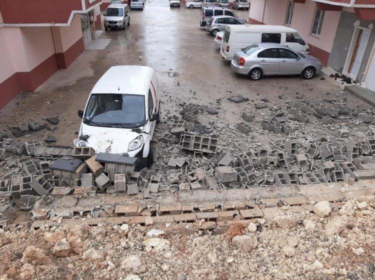 Nizip'te Yıldırım duvarı yıktı