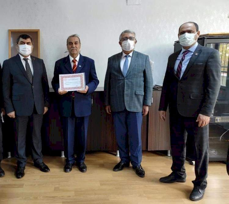 43 yıllık Eğitimci Talip Kılıç'a Şeref Belgesi