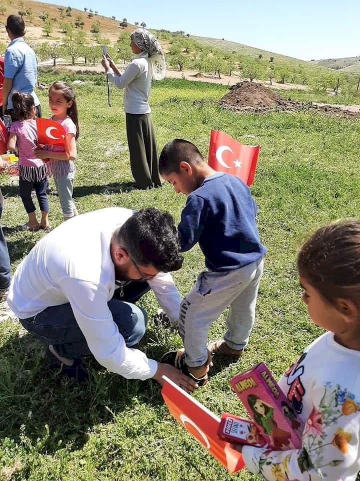 Yardımsever gönüllüler Nizip'te köy çocuklarını 23 Nisan'da da unutmadı