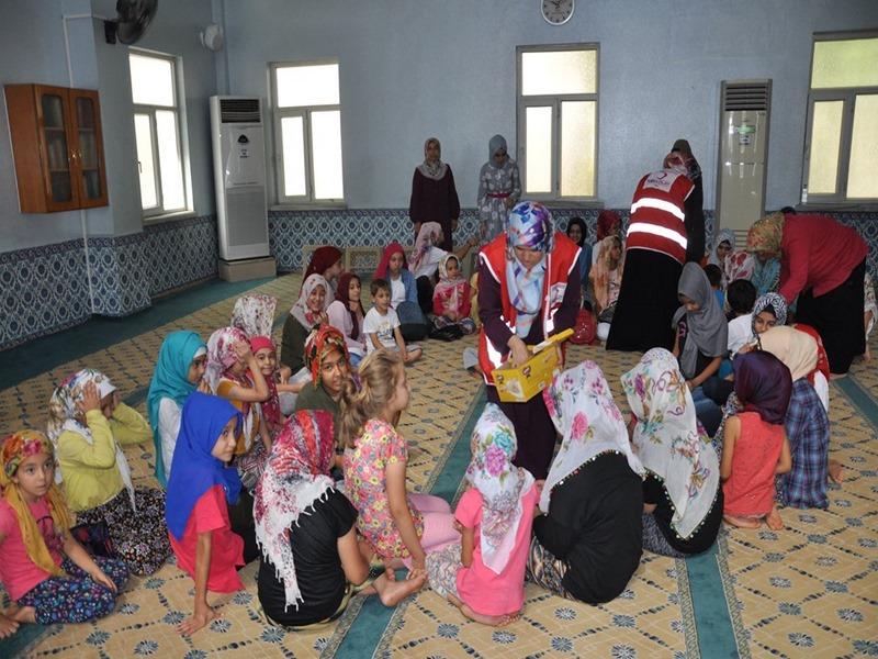 Kızılaydan Kuran kursu öğrencilerine kurabiye ikramı